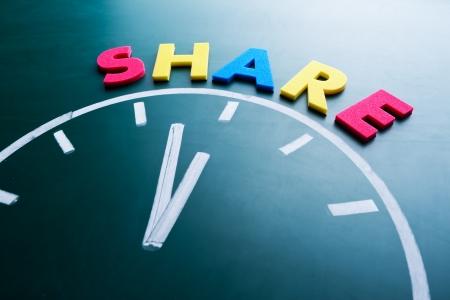 generoso: Tiempo para compartir concepto, palabra de color y el reloj en la pizarra Foto de archivo