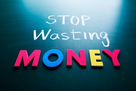 inflation basket: Deje de perder dinero concepto, palabras de colores en la pizarra Foto de archivo