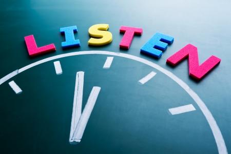 poner atencion: Es hora de escuchar concepto, palabra de color y el reloj en la pizarra