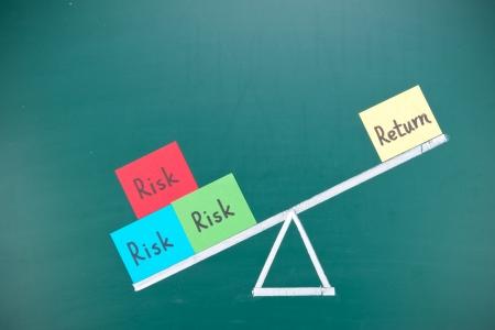 rendement: Rendement en risico onbalans-concept, woorden en tekenen op gewoon