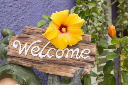 welcome sign: Signe de bienvenue avec de vrais fleurs fra�ches
