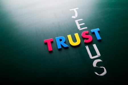 Jezus: Zaufajcie Jezusowi pojęcia, słowa na tablicy
