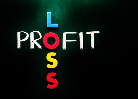 perdidas y ganancias: Concepto de negocio de p�rdidas y ganancias, palabras en la pizarra Foto de archivo