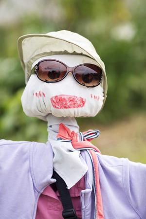 sole occhiali: Un divertente spaventapasseri indossa occhiali da sole