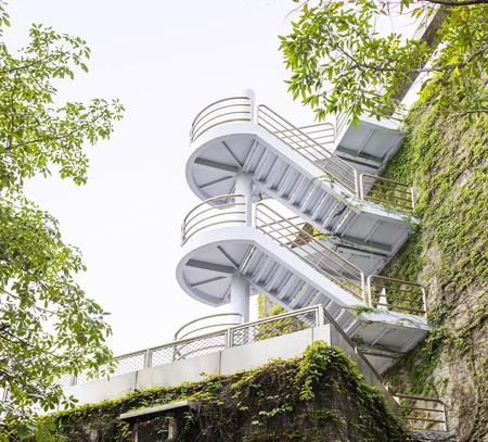 paredes exteriores: Vista de �ngulo bajo de Modern escaleras de caracol en Vi�a Cubierto paredes exteriores del edificio