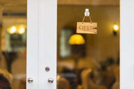 Öffnen Sie Zeichen an der Tür eines Ladens hängt.