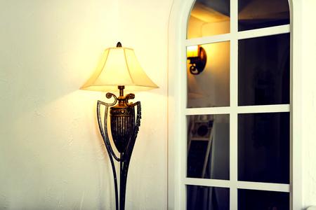 Oude staande lamp die op witte achtergrond wordt geïsoleerd