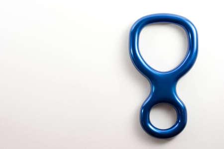 abseilen: Eine blaue Abbildung 8 auf wei�em Hintergrund