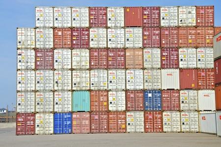Die Container gestapelt, warten auf ihre Verkehr und laden Standard-Bild - 9772548