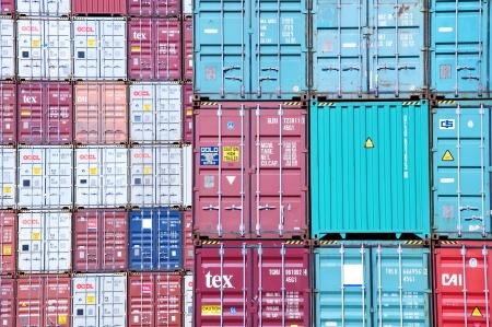 Die Container gestapelt, Personen, die für den Transport auf und laden Standard-Bild - 9772547