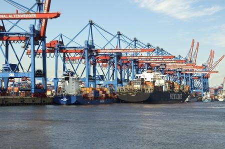 containerschip: een geladen containerschip in de haven
