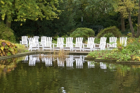 autumnally: Garden chairs invite you to stay at the pond in autumnal Planten Blomen in Hamburg