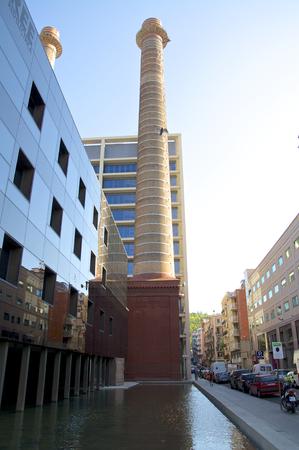 oficina antigua: Chimeneas en el edificio de oficinas de la antigua central el�ctrica de Barcelona s District Poble Sec