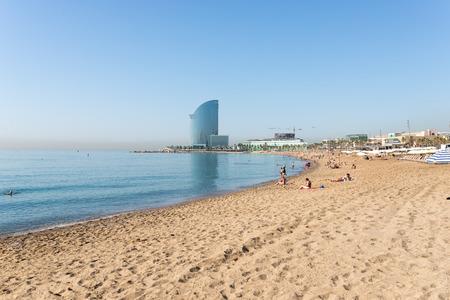 ビーチ バルセロナの早朝。背景巨大なバルセロナ W ホテル。繁華街に近く、非常に有名なビーチは、します。