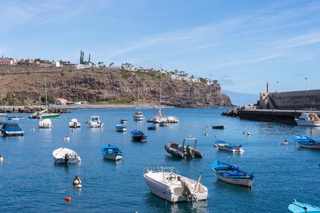 Fischerboote im Hafen des touristischen Flughafens Playa de las auf der Kanarischen Insel La Gomera Standard-Bild - 96422079