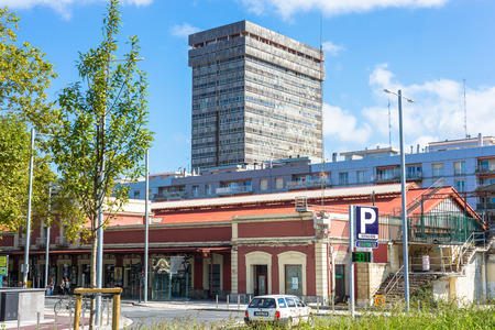 Train Station Donostia and the Atocha Tower is the tallest building in the city, built in 1972. It has a total of 76 meters high and has 21 floors in San Sebastian Standard-Bild - 116663240