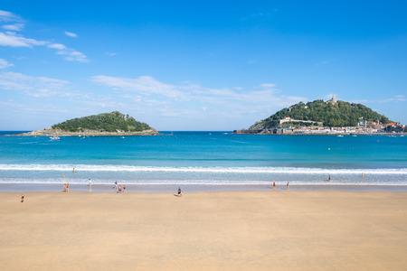 Donostia San Sebastian. The beach of La Concha, a sand beach with shallow waters and tide. It is one of the most famous urban beaches in Europe Standard-Bild - 116663250