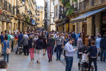 The old town, located in basque district of Vieja, has lots of bars, pubs and restaurants, and is a main tourist attraction in the city of San Sebastian Standard-Bild - 116663259