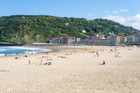 The beach of Zurriola in Donostia San Sebastian. The beach, located at the district Gros of Donostia Standard-Bild - 116663262