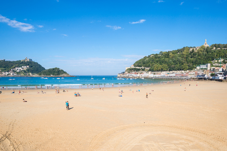 Overlook to the beach at La Concha Donostia, a sand beach with shallow waters and tide. It is one of the most famous urban beaches in Europe. Standard-Bild - 116663271