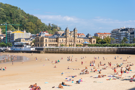 The Beach of La Concha, one of the most famous urban beaches in Europe. In the background of the city hall, the former Casino of San Sebastian Standard-Bild - 116663272