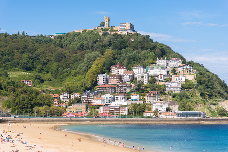 View to the Monte Igueldo and the La Concha Bay, one of the most famous urban beaches in Europe in Donostia San Sebastian Standard-Bild - 116706062
