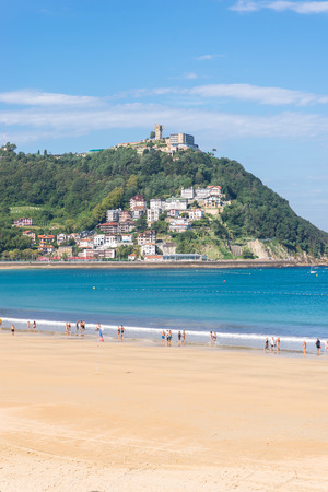 View to the Monte Igueldo and the La Concha Bay, one of the most famous urban beaches in Europe in Donostia San Sebastian Standard-Bild - 116663290