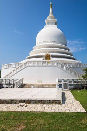 Stupa of the Japanese Peace Pagoda on top of the Rumassala hill in the Jungle of Unawatuna Archivio Fotografico