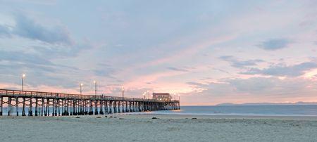 catalina: Balboa Pier a Newport Beach in tramonto durante il tempo scadere in modo che le persone appaiono spettrale