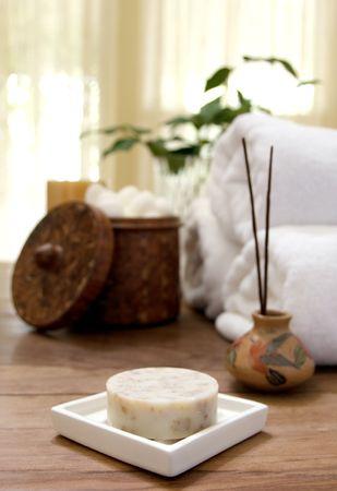 Una barra de jabón en la jabonera con toallas suaves, incienso, y las bolas de algodón suave Foto de archivo - 5422313