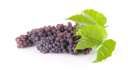 Bunches of champagne grapes with leaves Imagens