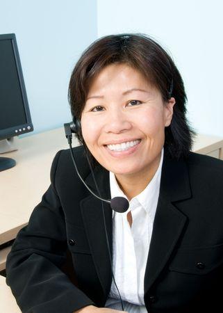 Vrouw met hoofdtelefoon in een kantoor Stockfoto
