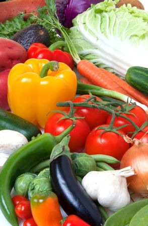 Fresh vegetables including parsley, yam, potatoes, cabbage, onions, garlic, carrots, mushrooms, zucchini, cucumber, brussels sprouts, peppers, tomatoes, peas, beans, avocado, and eggplant 免版税图像