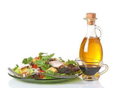 Gemengde groene salade met olijf olie en balsamico azijn aan de kant