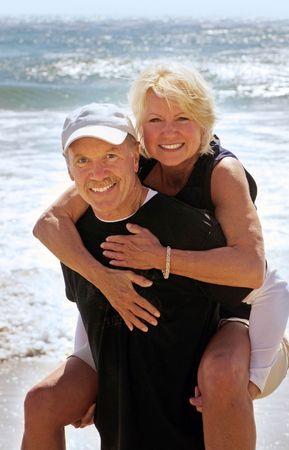 행복한 성숙한 몇 일 해변에서 즐기는
