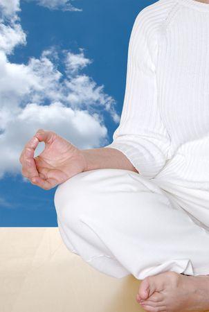 hand position: Posici�n de mano de mudra durante la meditaci�n con las nubes y el cielo azul que indica los cielos  Foto de archivo