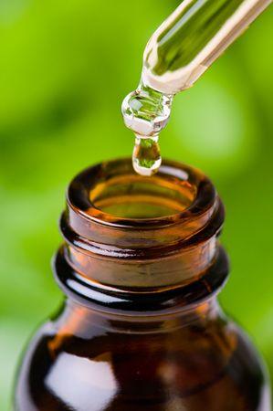 Contagocce di vetro riempito con essenza di erbe, olio aromatizzato, medicina omeopatica o altri liquidi.
