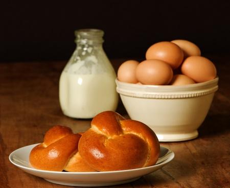 Rollos recién horneados con huevos marrón y crema Foto de archivo - 9255248