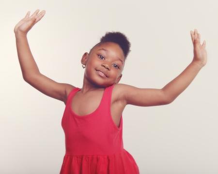 niños bailando: Bastante pequeña niña de 4 años bailando