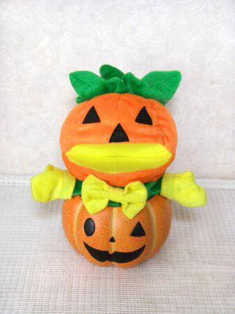 It is a cute Halloween pumpkin stuffed toy Stockfoto