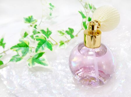 Spray-type perfume bottle and ivy Banco de Imagens