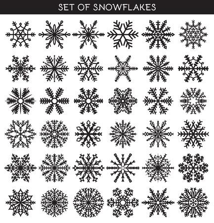 Set 36 neri diversi fiocchi di neve di lavoro manuale per il design. Simboli del nuovo anno. Fiocchi di neve per la progettazione. Oggetti invernali. Elementi di festa. Fiocco di neve Doodle. Fiocco di neve Sketch Archivio Fotografico - 46667604