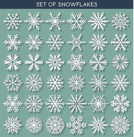 raffreddore: Set 36 bianchi fiocchi di neve diversi di mano con una lunga ombra. Fiocco di neve piatto. Simboli del nuovo anno. Fiocchi di neve per la progettazione. Oggetti invernali. Elementi di festa. Fiocco di neve Doodle. Fiocco di neve Sketch Vettoriali