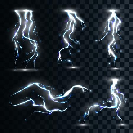 Set van de geïsoleerde realistische bliksemen met transparantie voor het ontwerp. Onweer en bliksemen. Magie en heldere lichteffecten. Natuurlijke effecten
