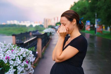 Mujer embarazada que se coloca en el muelle y el llanto. El concepto de sentimientos y emociones, dolor Joven madre y enterró el rostro entre las manos.
