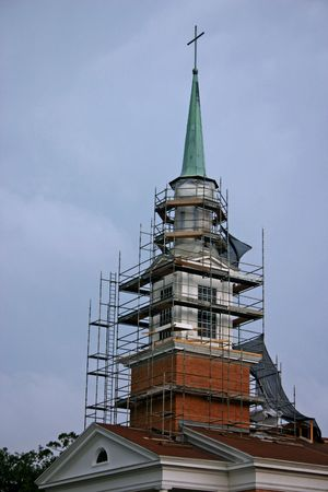 maintence on a church steeple 版權商用圖片