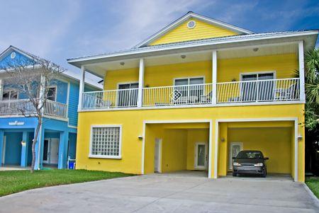 明るい黄色沿岸リビングのフロリダの家 写真素材