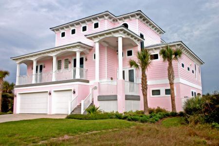 明るいピンク沿岸リビングのフロリダの家