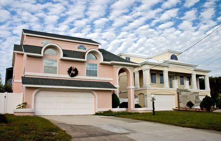 フロリダでの明るいピンクと黄色の沿岸リビングの家 写真素材