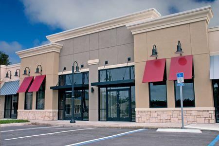 comercial: de nueva construcci�n comercial mall con acentos de piedra en la parte frontal se enfrenta a